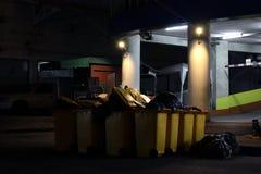 Veel Gerecycleerde plastic bakken geel in nachtdark in stedelijk Bangkok Thailand, Bak voor afvalhuisvuil, Vele Bakken op vloer stock fotografie