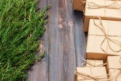 Veel giftvakje op donkere rustieke houten achtergrond met exemplaarruimte De takken van de Kerstmisspar Kerstmis conceps Royalty-vrije Stock Foto's