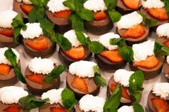 Veel heerlijke mooie capcakes met eiwitroom en fres stock foto's