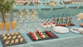 Veel heerlijke voorgerechten en desserts op catering stock videobeelden