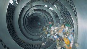 Veel huisvuil roteert bij een fabriek Sorterend proces van huisvuil stock video