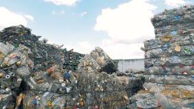 Veel ingepakte plastic stapels in een grote stortplaats, hoogste mening stock videobeelden
