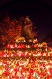 Veel kaarsen bij monument aan Slachtoffers van het Oosten Golgotha bij de Dag van Alle Heiligen Monument bij de begraafplaats van royalty-vrije stock foto