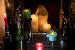 Veel kaarsen in een brandplaats stock fotografie