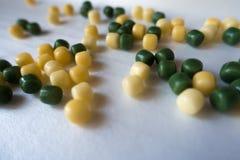 Veel kleine gele en groene suikergoeddalingen Stock Fotografie