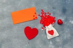 Veel kleine rode harten met rode kaart Royalty-vrije Stock Foto