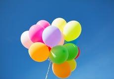 Veel kleurrijke ballons in de hemel Stock Foto's