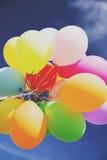 Veel kleurrijke ballons in de hemel Stock Afbeeldingen