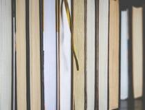 Veel kleurrijke dikke open boekentribune op een donkere achtergrond stock fotografie