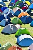 Veel kleurrijke tenten in het kamperen Stock Foto