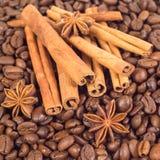Veel koffiebonen Drie anijsplantsterren, veel stokken van cinna Royalty-vrije Stock Foto's