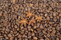 Veel koffiebonen En vier anijsplantsterren Achtergrond ondiep Royalty-vrije Stock Afbeeldingen