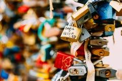 Veel liefdesloten op brug in Europese stad royalty-vrije stock afbeelding