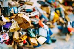 Veel liefdesloten op brug in Europese stad stock afbeelding