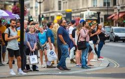 Veel mensen die in de straat van Oxford, de belangrijkste bestemming lopen van Londoners voor het winkelen modern het levensconce Stock Fotografie