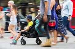 Veel mensen die in de straat van Oxford, de belangrijkste bestemming lopen van Londoners voor het winkelen modern het levensconce Royalty-vrije Stock Foto