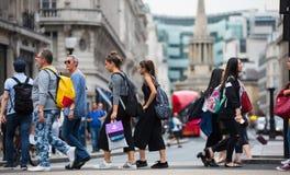 Veel mensen die in de straat van Oxford, de belangrijkste bestemming lopen van Londoners voor het winkelen modern het levensconce Stock Foto's