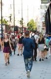 Veel mensen die in de straat van Oxford, de belangrijkste bestemming lopen van Londoners voor het winkelen modern het levensconce Stock Foto