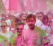 Veel mensen omvat met roze kleurenpoeder Royalty-vrije Stock Foto