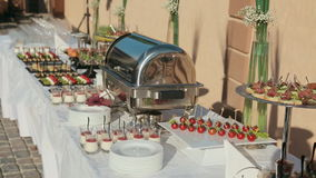 Veel mond-water geeft en heerlijke snacks op een catering stock videobeelden