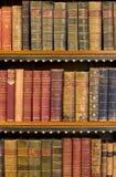 Veel oude boeken in een bibliotheek Stock Fotografie