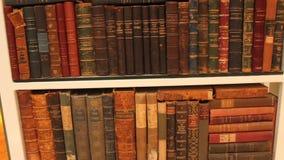 Veel oude boeken in een bibliotheek stock video