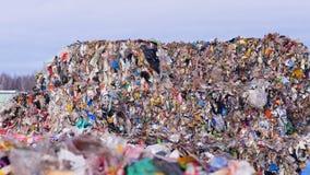 Veel plastiek, afvalhuisvuil bij landfillsite Stedelijke afvalstortplaats stock video