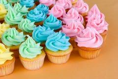 Veel regenboog cupcakes Stock Fotografie