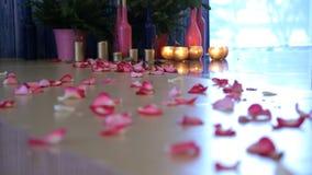 Veel roze bloemblaadjes zijn achtergebleven op parketvloer stock footage