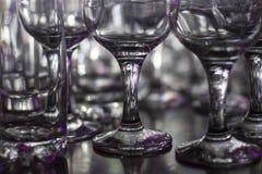 Veel schone lege glazen dranken op de bar in een nachtclub Glans en bezinningen over de glazen in dark Royalty-vrije Stock Foto's