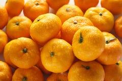 Veel sinaasappelen met waterdalingen Royalty-vrije Stock Foto's