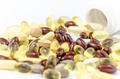 Veel soort voedselsupplementtabletten morste van witte containe Royalty-vrije Stock Foto