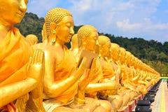 Veel standbeeld van Boedha onder blauwe hemel in tempel stock afbeelding