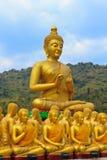 Veel standbeeld van Boedha onder blauwe hemel in tempel royalty-vrije stock fotografie