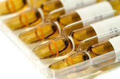 Veel steriel die flesje en ampule met de vorm van de injectiedosering s wordt gevuld Royalty-vrije Stock Afbeelding