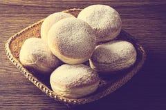 Veel van doughnuts in rieten mandmening van bovengenoemde wijnoogst stock foto's