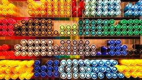 Veel van mooi en kleurrijk van pennen of magische inkt, pennen, potlodenconcept in de doos van plank, een hoogste meningstextuur  royalty-vrije stock afbeeldingen