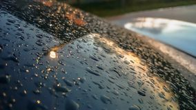 Veel van regendruppels plakten op de windschermachtergrond, Samenvatting van regendruppels op de spiegel met kleurenfilters die w Royalty-vrije Stock Afbeeldingen