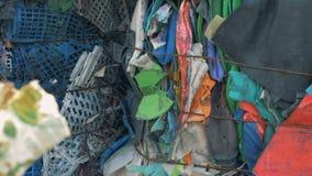Veel vuilnis bij een recyclingsinstallatie, sluiten omhoog stock video