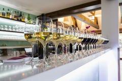 Veel wijnglazen op de bar stock foto