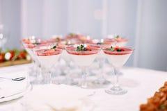 Veel wijnglazen op groene lijst Rode cocktails in glazen klaar voor partijmensen Royalty-vrije Stock Afbeeldingen