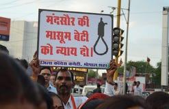 Veeleisende Doodstraf tegen verkrachters Stock Foto's