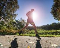 Veeleisende fysieke opleiding De atletenlooppas snel door steeg royalty-vrije stock foto's