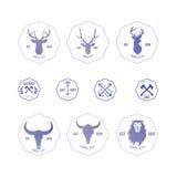 Veelhoekig hipsterembleem met hoofden van herten, buffels en leeuw in v vector illustratie