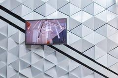 Veelhoekige futuristische witte muur met plasmatv stock fotografie
