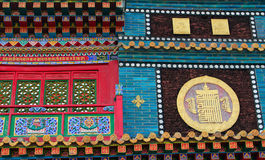 veelkleurig ornament op de muren van Boeddhistische tempel stock foto's