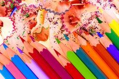 Veelkleurig potloden en schaafsel stock afbeeldingen