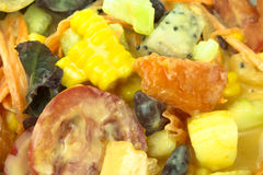 Veelkleurige fruitsalade en saladesaus Stock Afbeelding
