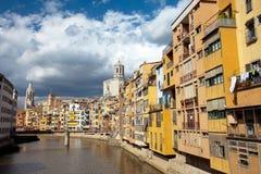 Veelkleurige gebouwen in Girona stock afbeeldingen