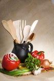 Veelkleurige groenten, zwarte kruik en houten lepels Royalty-vrije Stock Foto's